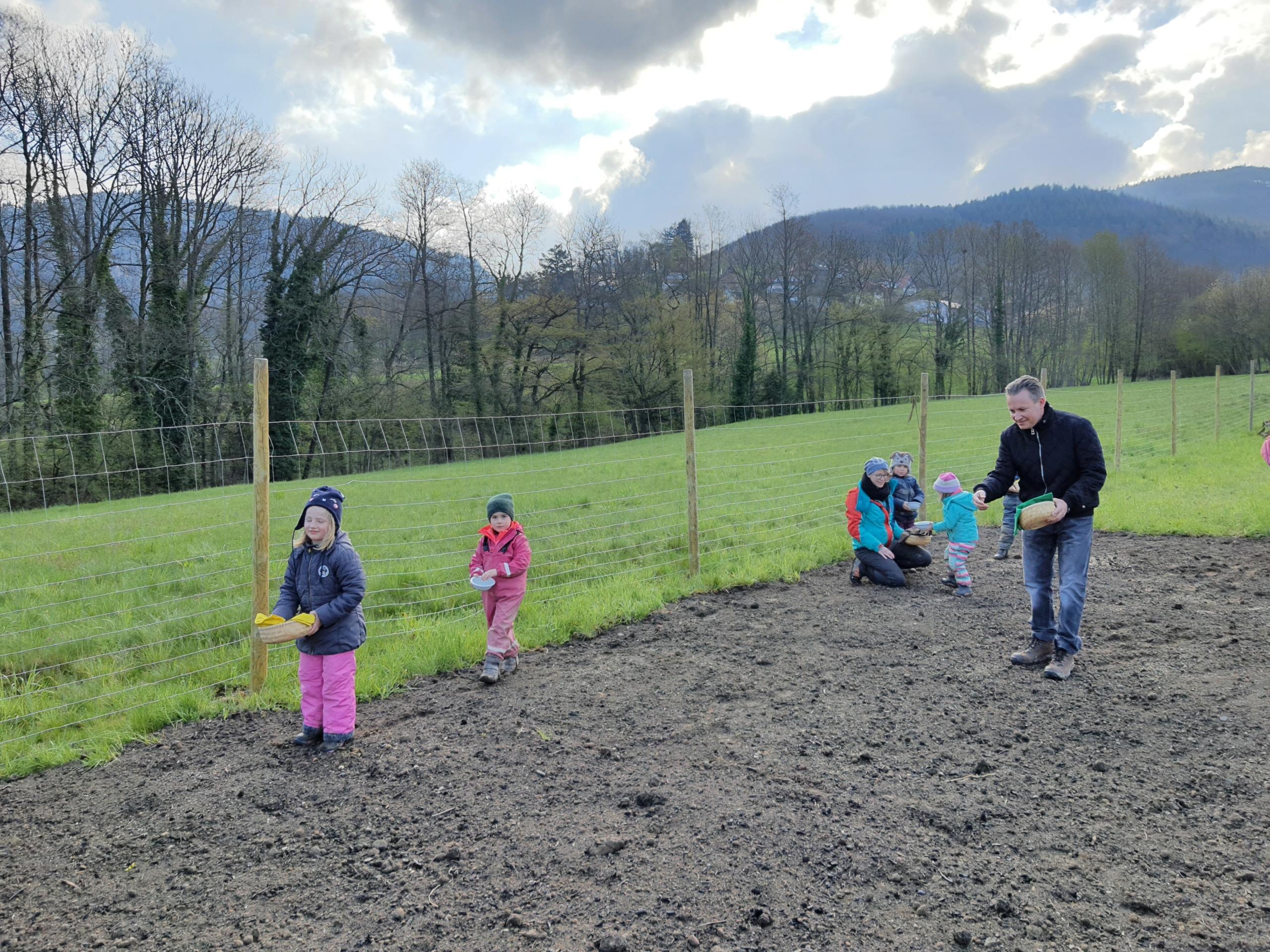 Naturkindergarten – Kinder säen mit Bürgermeister eine Blumenwiese ein