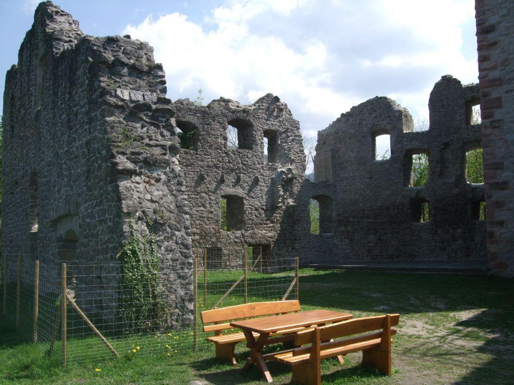 Foto: Burgruine Neuwindeck - Blick in den Innenhof mit Holzbank