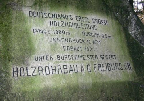 Foto: Gedenkstein für Deutschlands erste große Holzrohrleitung