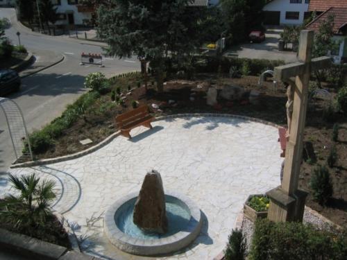 Foto: Brunnen mit Sitzbank von oben fotografiert