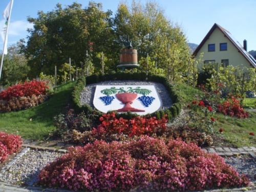 Foto: Wappen der Gemeinde Lauf in Blumenbeet arrangiert am Ortseingang