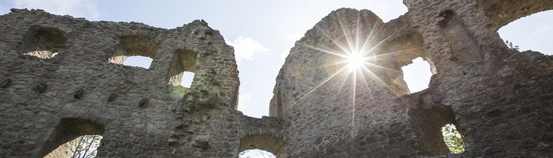 Foto: Burg Neuwindeck in der Abendsonne (Detailaufnahme)