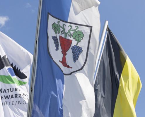 Foto: Flaggenmast mit dem Laufer Wappen und dem Naturpark Schwarzwald Mitte/Nord
