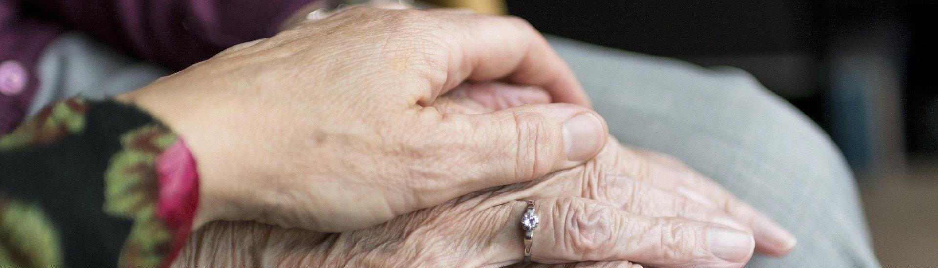 Foto: Hände von Senioren in der Betreuung