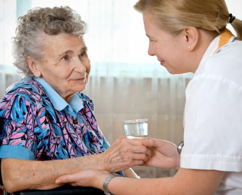 Foto: Seniorin wird gepflegt