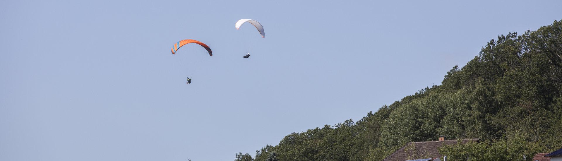 Foto: Drachenflieger/Paraglider am Himmel